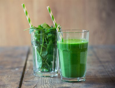 A glass of spinach and the resulting juice